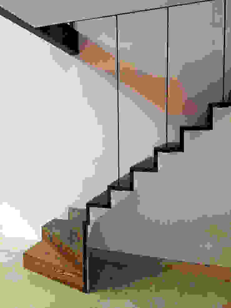 Loft in fabriekspand Industriële gangen, hallen & trappenhuizen van Tijmen Bos Architecten Industrieel Massief hout Bont