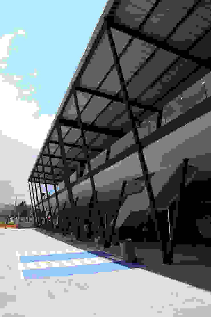 Plaza Básica Pasillos, vestíbulos y escaleras industriales de PASQUINEL Studio Industrial