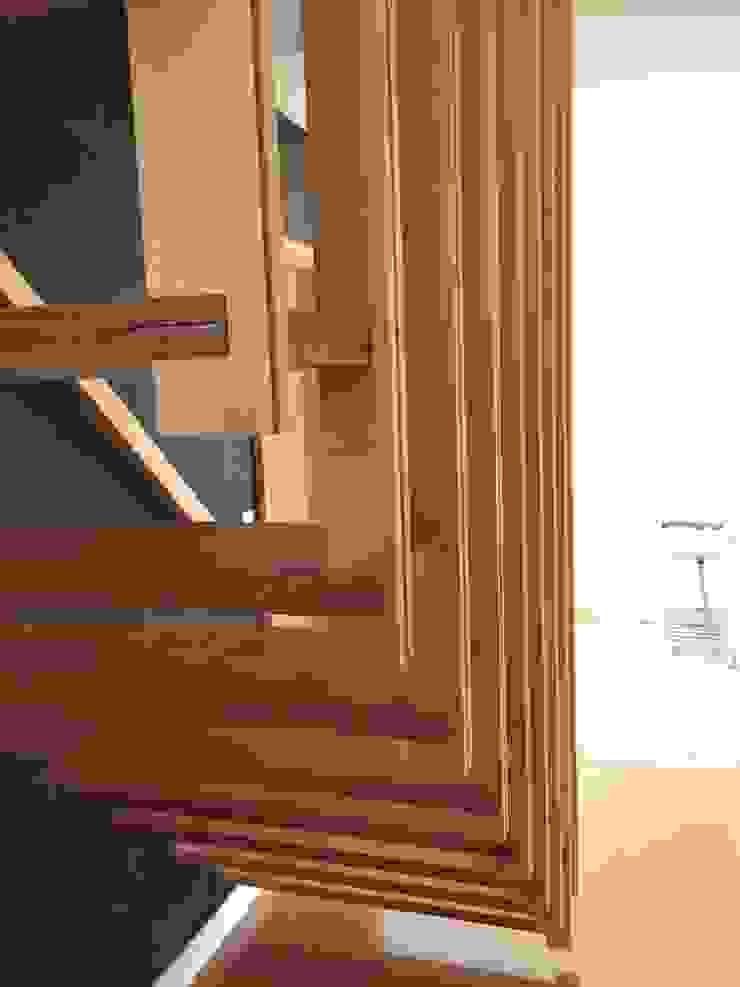 Pasillos, vestíbulos y escaleras modernos de 株式会社山崎屋木工製作所 Curationer事業部 Moderno Madera Acabado en madera