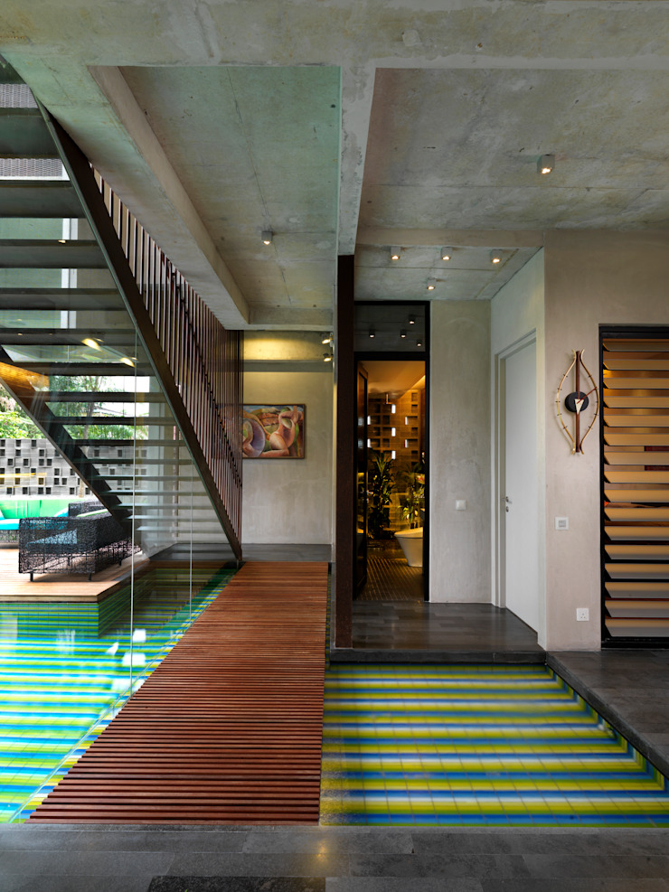 Bridge and Staircase Modern Corridor, Hallway and Staircase by MJ Kanny Architect Modern