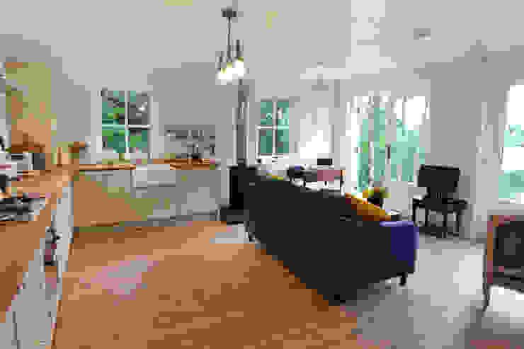 Two Bedroom Bespoke Wee House Salas de estar campestres por The Wee House Company Campestre