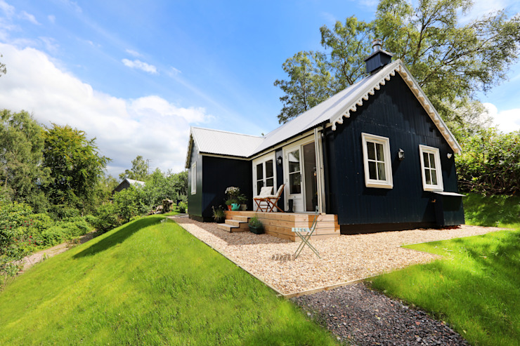 Two Bedroom Bespoke Wee House Country style balcony, veranda & terrace by The Wee House Company Country