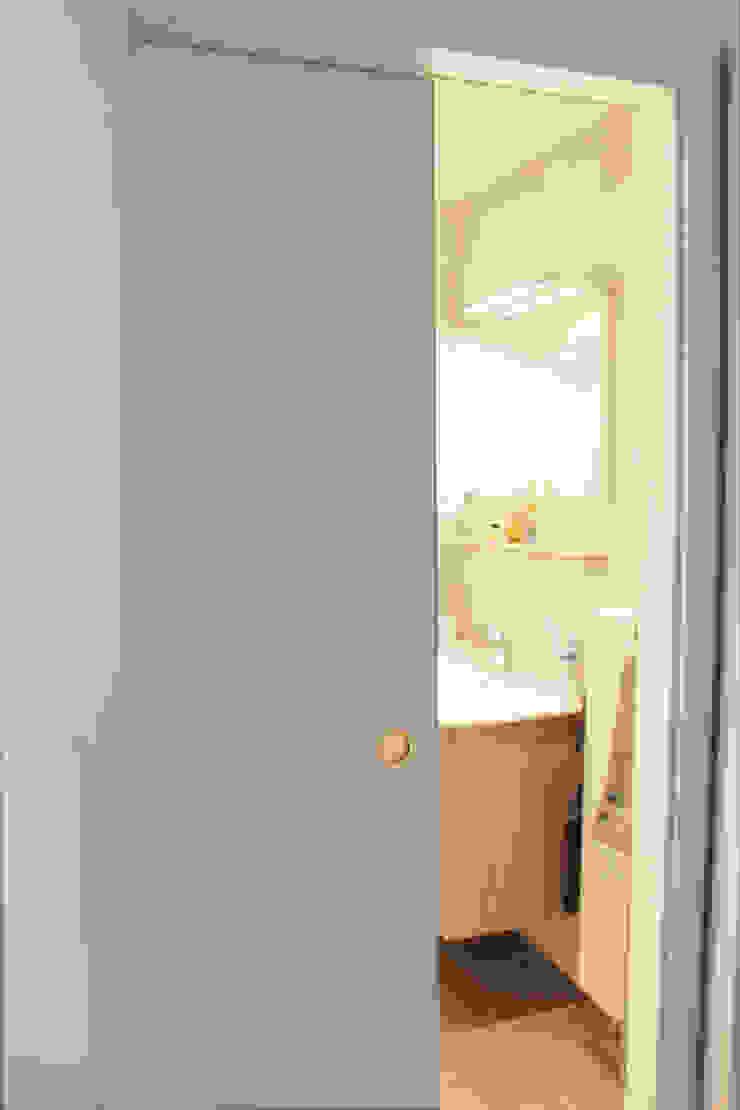 Modern style bathrooms by Agence ADI-HOME Modern Wood Wood effect