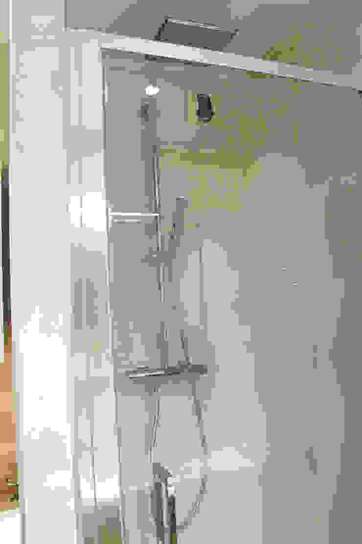 Modern style bathrooms by Agence ADI-HOME Modern Iron/Steel