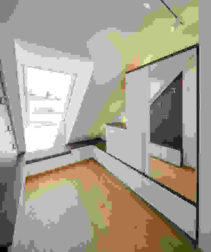 Kathameno Interior Design e.U. Modern Corridor, Hallway and Staircase