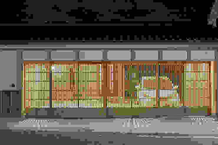 Garajes y galpones de estilo  por 真島瞬一級建築士事務所, Moderno