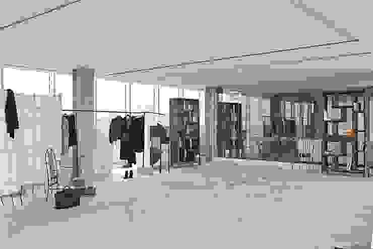 Pasillos, vestíbulos y escaleras modernos de Opera s.r.l. Moderno