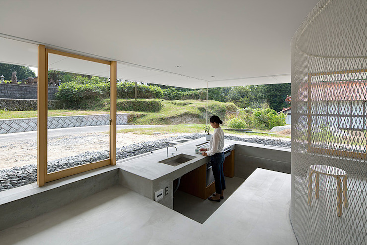 hiroshima hut 透明アクリルのスケルトンハウス アトリエトート モダンな キッチン コンクリート 灰色