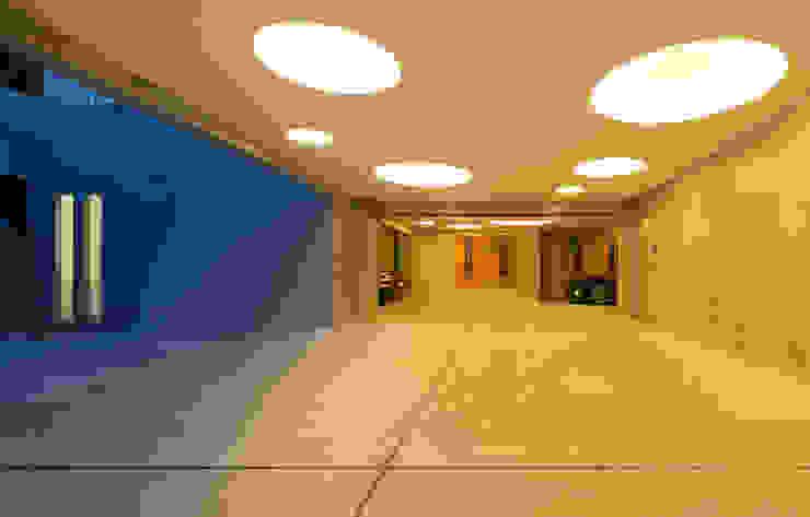 Nhà để xe/nhà kho phong cách hiện đại bởi Architect Show Co.,Ltd Hiện đại