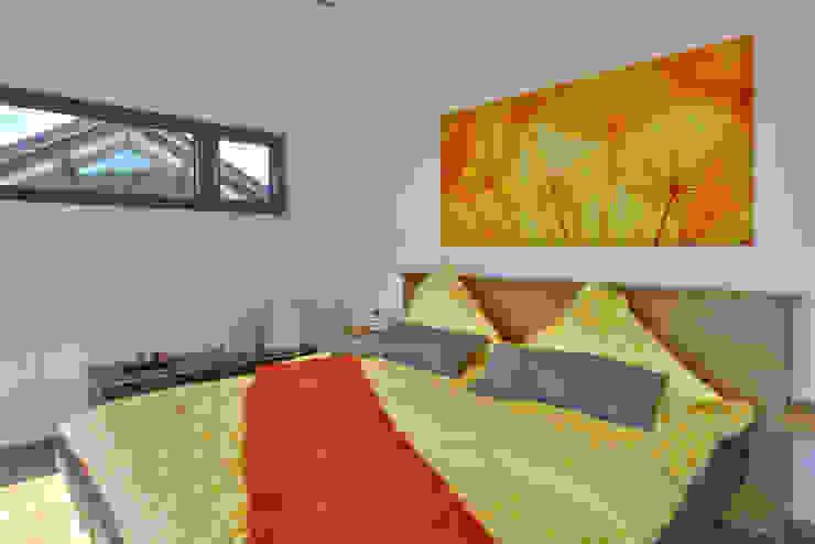 Dormitorios de estilo moderno de Büdenbender Hausbau GmbH Moderno