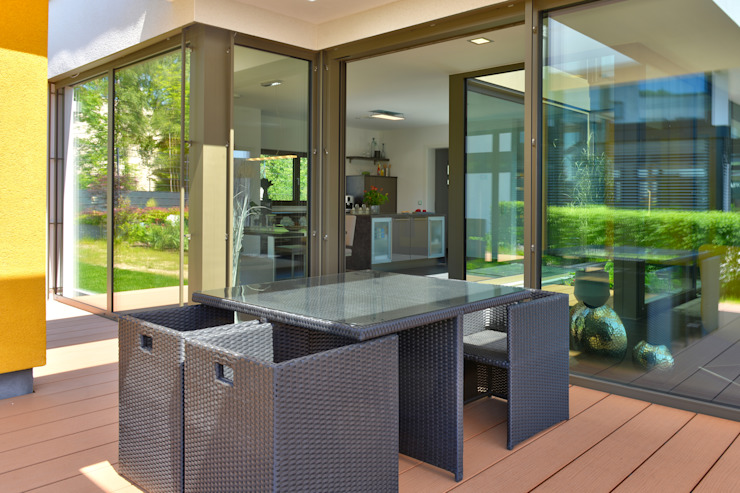 Balcones y terrazas de estilo moderno de Büdenbender Hausbau GmbH Moderno