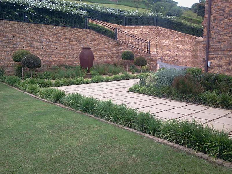LARGE FORMAL GARDEN IN GILLITTS Modern Garden by Paul's Plantscapes Modern
