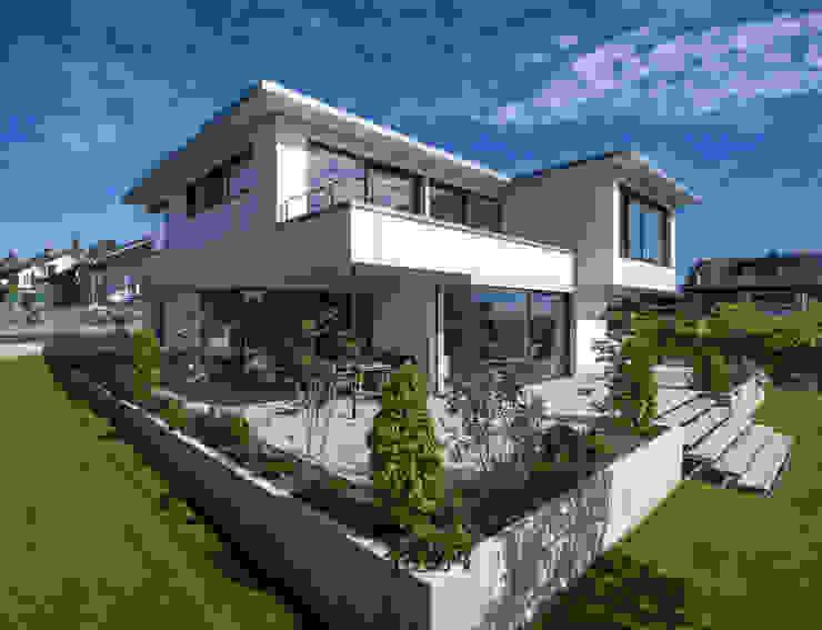 Projekty,  Dom jednorodzinny zaprojektowane przez KitzlingerHaus GmbH & Co. KG, Nowoczesny Deski kompozytowe Przeźroczysty