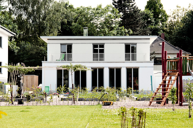 Blick aus dem Garten ARCHITEKTEN BRÜNING REIN Moderne Häuser