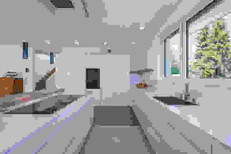 Projekty,  Kuchnia zaprojektowane przez KitzlingerHaus GmbH & Co. KG, Nowoczesny Deski kompozytowe Przeźroczysty