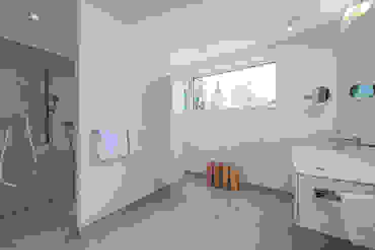 Nowoczesna łazienka od KitzlingerHaus GmbH & Co. KG Nowoczesny Deski kompozytowe Przeźroczysty