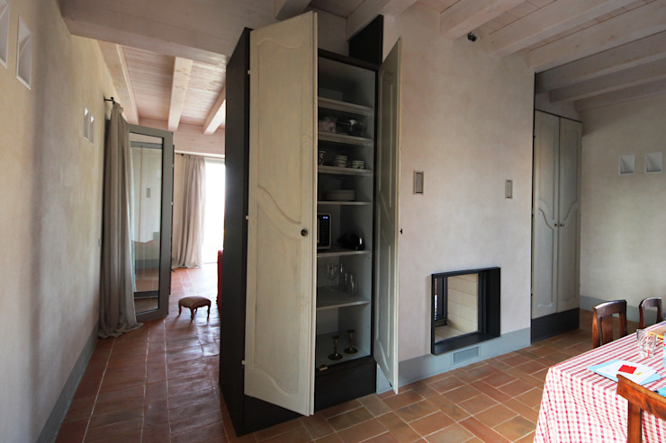 Dispensa attrezzata Cucina in stile rustico di Falegnameria Ferrari Rustico