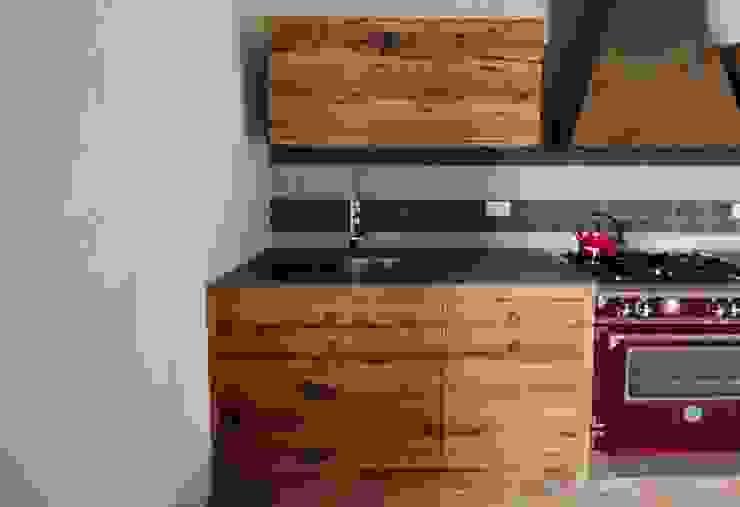 Il piano lavoro con lavello integrato Falegnameria Ferrari Cucina in stile rustico Legno massello