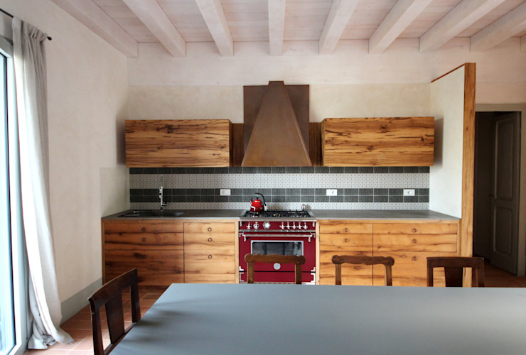 Rustic style kitchen by Falegnameria Ferrari Rustic Solid Wood Multicolored