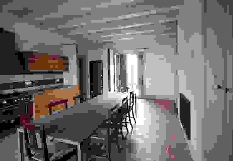 L'ambiente luminoso della cucina Cucina in stile rustico di Falegnameria Ferrari Rustico Legno Effetto legno