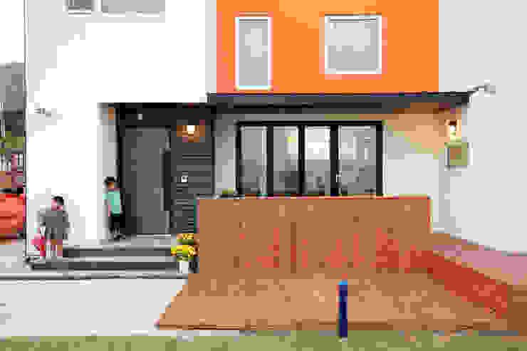 Balcones y terrazas de estilo moderno de 주택설계전문 디자인그룹 홈스타일토토 Moderno Madera Acabado en madera