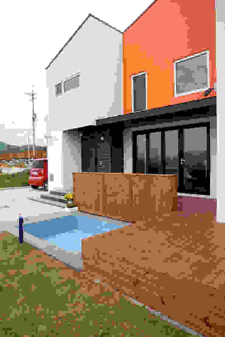 주택설계전문 디자인그룹 홈스타일토토 Modern balcony, veranda & terrace Wood