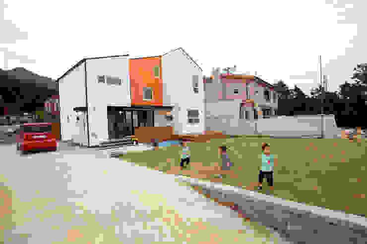 마당에서 뛰노는 아이들 모던스타일 정원 by 주택설계전문 디자인그룹 홈스타일토토 모던