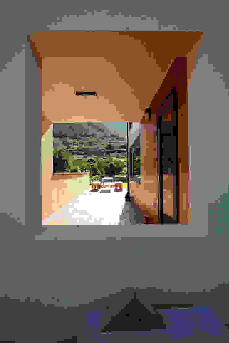 울타리 안쪽의 집의 모습 모던스타일 발코니, 베란다 & 테라스 by 주택설계전문 디자인그룹 홈스타일토토 모던
