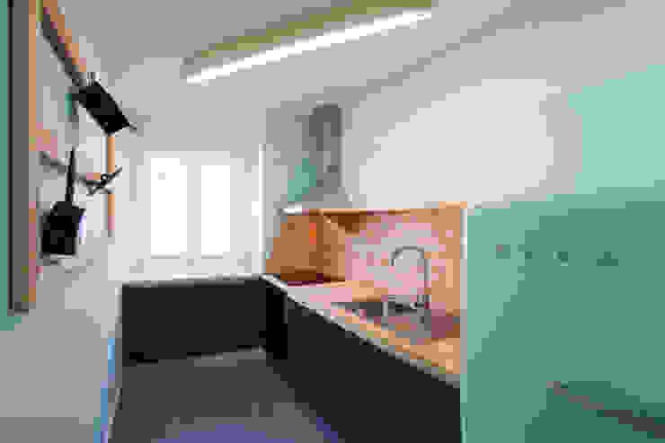 Remodelação T2+1 Duplex Mouraria atelier B-L Cozinhas ecléticas Verde