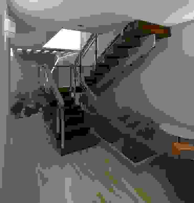 Detalle de la escalera y jardín zen Pasillos, vestíbulos y escaleras de estilo moderno de Diseño Store Moderno