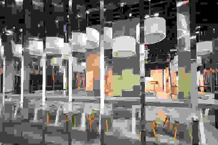 Stand Rojo - Local 10 Arquitectura Estudios y despachos modernos de Local 10 Arquitectura Moderno Madera Acabado en madera