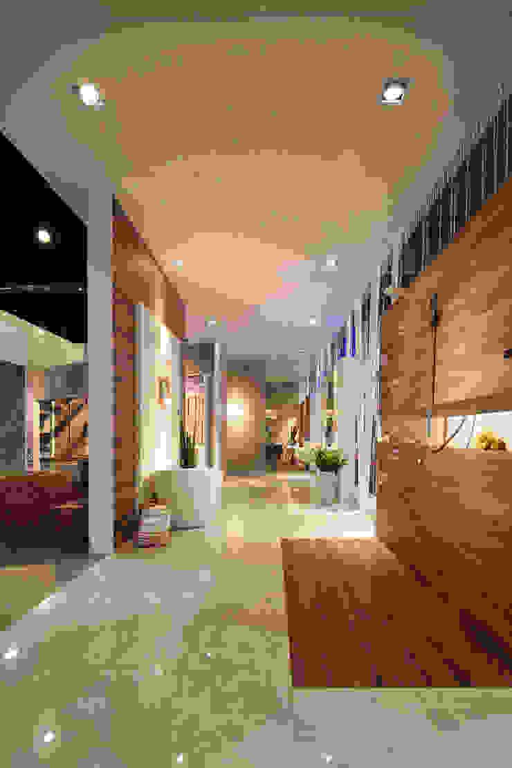 Stand Poligonos - Local 10 Arquitectura Estudios y despachos modernos de Local 10 Arquitectura Moderno Aglomerado