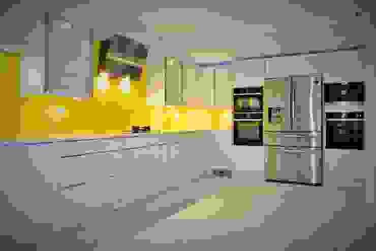 مطبخ تنفيذ Glenlith Interiors (Scotland) Ltd, حداثي الخشب هندسيا Transparent