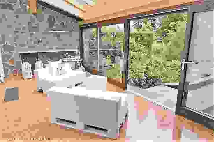 Münchner home staging Agentur GESCHKA Balkon, Beranda & Teras Gaya Mediteran White
