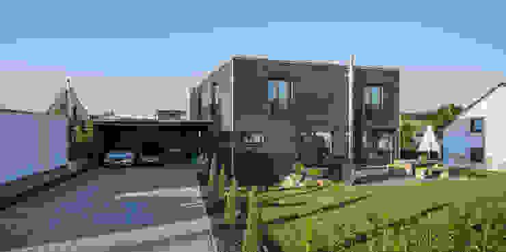Moderne huizen van KitzlingerHaus GmbH & Co. KG Modern Houtcomposiet Transparant