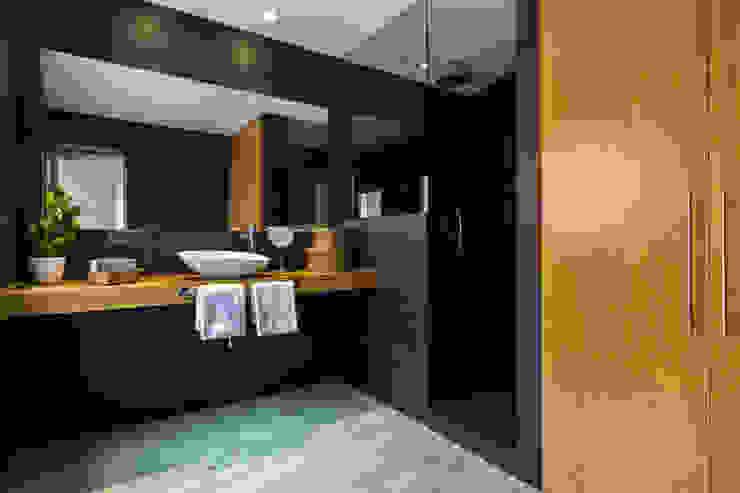 Ванные комнаты в . Автор – ISLABAU constructora,