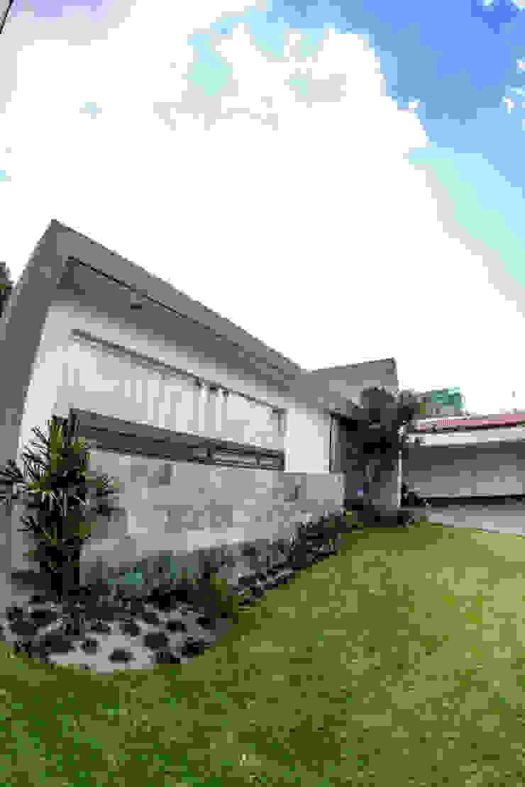 Minimalist style garden by 2M Arquitectura Minimalist