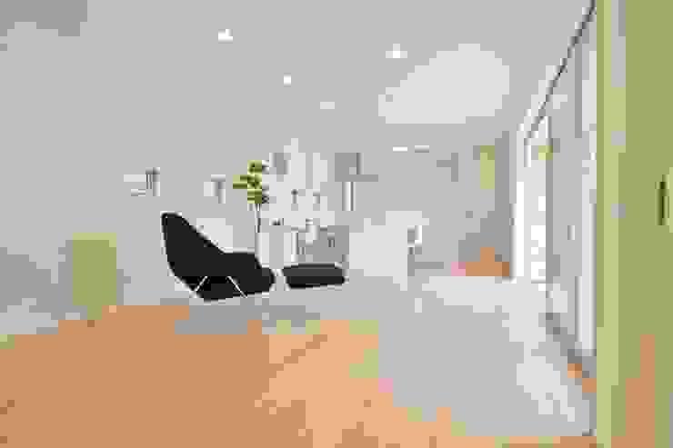 Gate Garage® 包み庭の家 北欧デザインの リビング の フォーレストデザイン一級建築士事務所 北欧