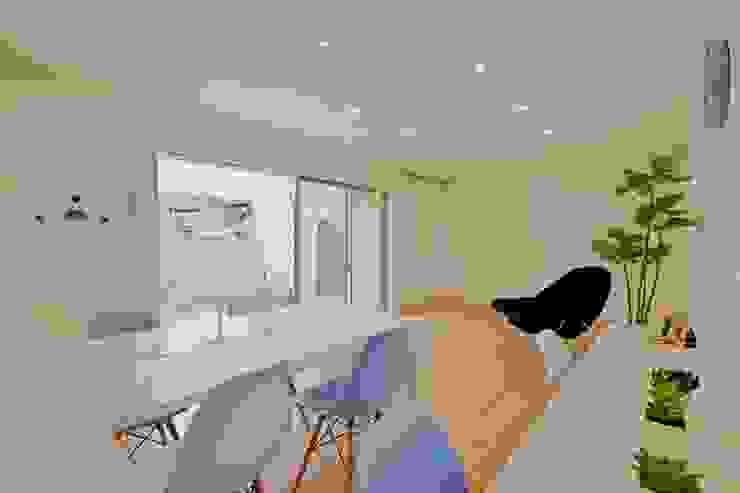 Gate Garage® 包み庭の家 北欧デザインの ダイニング の フォーレストデザイン一級建築士事務所 北欧