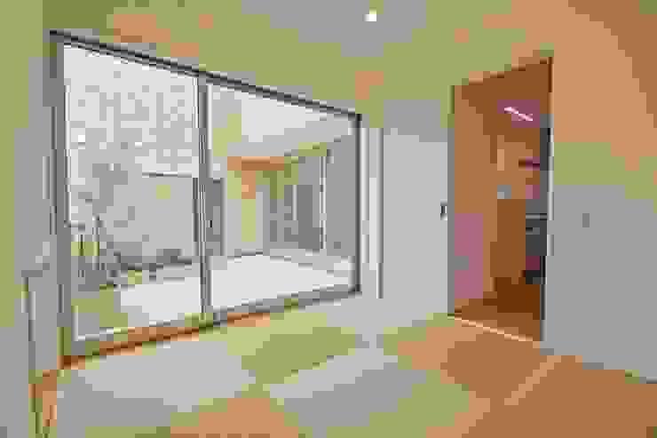 Gate Garage® 包み庭の家 北欧デザインの 多目的室 の フォーレストデザイン一級建築士事務所 北欧
