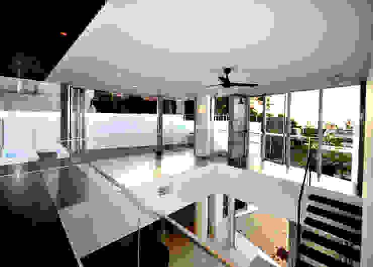HG-HOUSE IN GINOWAN: 門一級建築士事務所が手掛けた廊下 & 玄関です。,モダン ゴム
