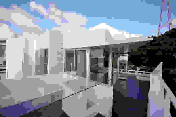 HG-HOUSE IN GINOWAN: 門一級建築士事務所が手掛けたテラス・ベランダです。,モダン ガラス
