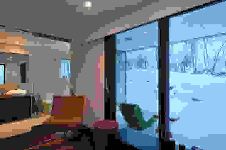Glasshouse ヒココニシアーキテクチュア株式会社 モダンスタイルの寝室