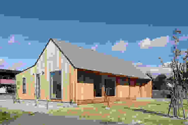 Casas de estilo ecléctico de hm+architects 一級建築士事務所 Ecléctico Madera Acabado en madera
