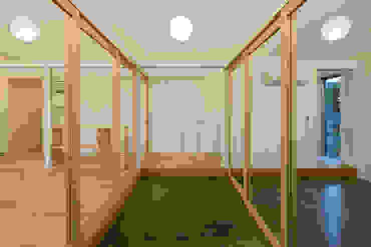 コンクリート土間: hm+architects 一級建築士事務所が手掛けた廊下 & 玄関です。