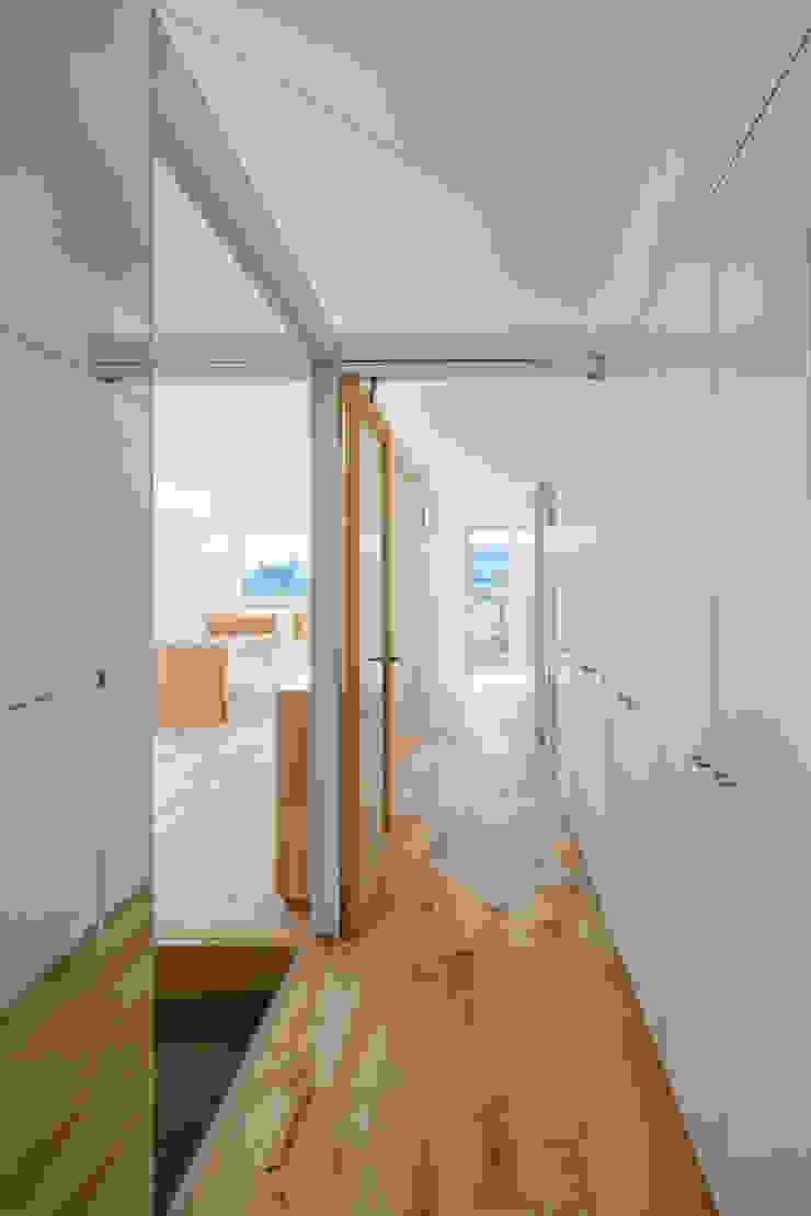 家族供用の壁面収納 オリジナルスタイルの 玄関&廊下&階段 の hm+architects 一級建築士事務所 オリジナル 木材・プラスチック複合ボード