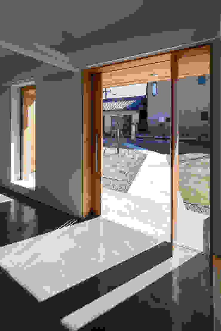 玄関よりアプローチ見返し オリジナルスタイルの 玄関&廊下&階段 の hm+architects 一級建築士事務所 オリジナル コンクリート