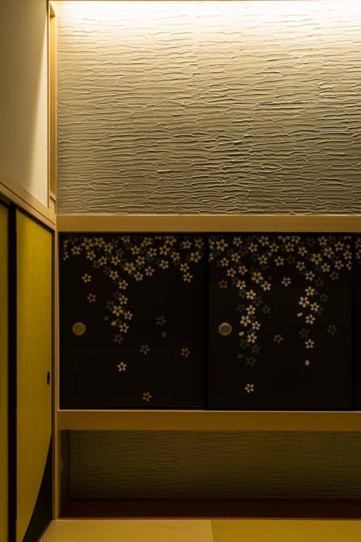 6th studio / 一級建築士事務所 スタジオロク Asian style media room Sandstone Metallic/Silver