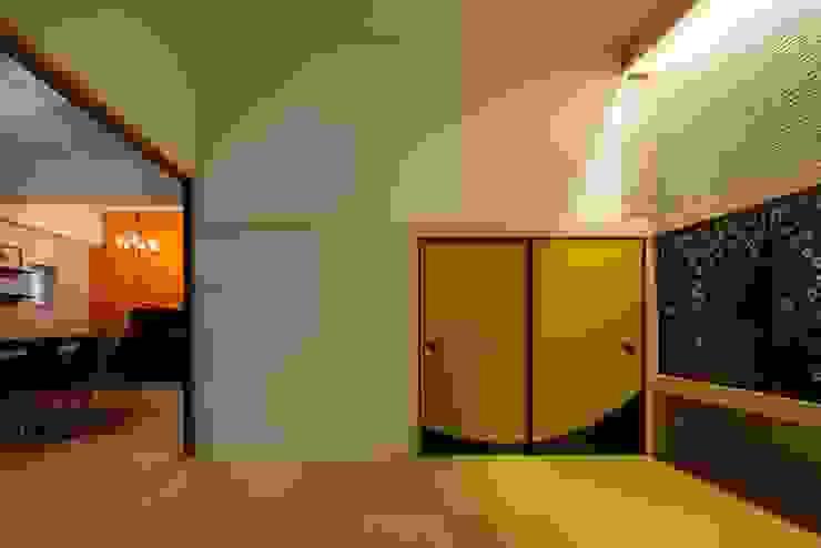6th studio / 一級建築士事務所 スタジオロク Asian style media room Yellow
