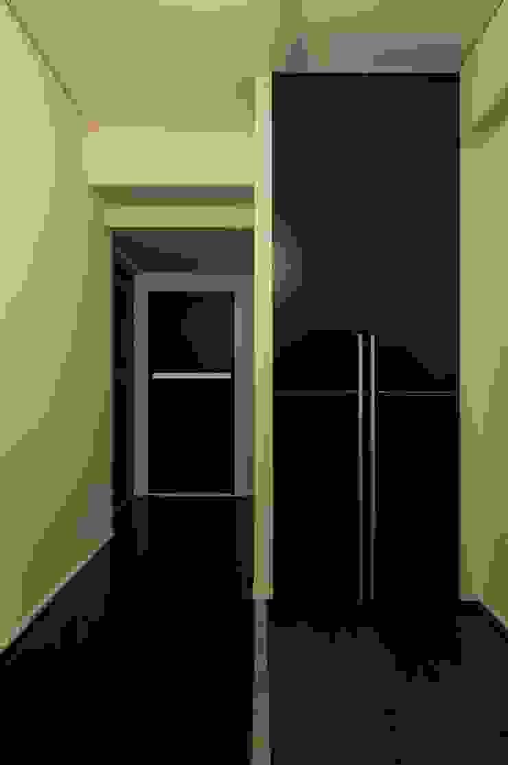 6th studio / 一級建築士事務所 スタジオロク Modern corridor, hallway & stairs Black
